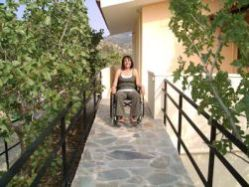 Donna in carrozzina in una casa accessibile