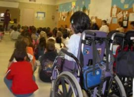 Alunna con disabilit in aula affollata