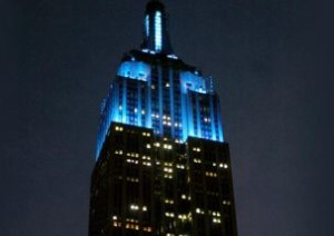 Empire State Building di New York illuminato di blu