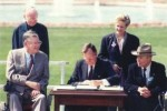 Luglio 1990: il presidente degli Stati Uniti George Bush firma l'American with Disabilities Act (ADA), importante legge quadro statunitense che ha proibito le discriminazioni sulla base della disabilità