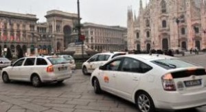 Milano: taxi in Piazza Duomo