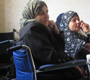 Donne palestinesi con disabilità (immagine tratta dalla rivista «Voice of Women»)