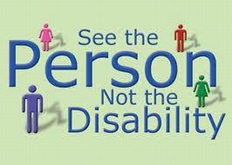 Realizzazione grafica con omini e la scritta «See the Person Not the Disability»