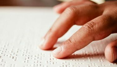 Lettura di libro in Braille