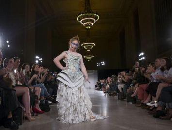 "Madeline ""Maddy"" Stuart sfila in passerella a New York"