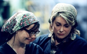 "Björk e Catherine Deneuve in ""Dance in the Dark"""