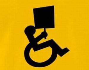 Logo disabilità con cartello di protesta