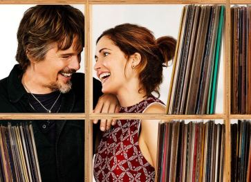 "Ethan Hawke e Rose Byrne in ""Juliet Naked"""
