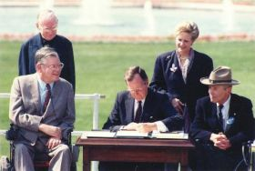 26 luglio 1990: Il presidente degli Stati Uniti George Bush Senior firma l'ADA (American with Disabilities Act)