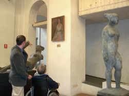 Persona con disabilità in un museo