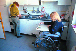 Donna con disabilità in casa con assistente domiciliare