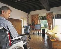 Uomo con disabilità in casa accessibile