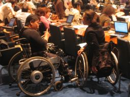 A sinistra Venus Ilagan, presidente di DPI (Disabled Peoples' International), con Charlotte McLaine della World Bank, durante i lavori alle Nazioni Unite che hanno portato alla prima Convenzione ONU sulla disabilità (foto di Giuliano Giovinazzo)