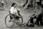 Una giovane donna con disabilità in Cambogia