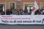 Immagine di repertorio di una manifestazione a Roma di persone con disabilità della FISH (Federazione Italiana per il Superamento dell'Handicap)