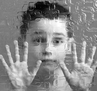 Bimbo dietro a un vetro