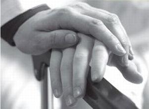 Mano di un uomo sopra alla mano di una persona in situazione di fragilità