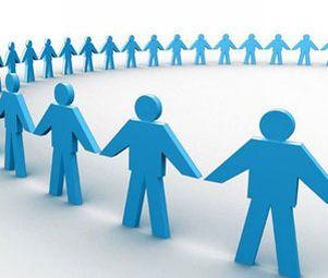 Molti omini azzurri, con le mani attaccate tra di loro