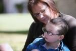Una caregiver familiare insieme al figlio, persona con grave disabilità