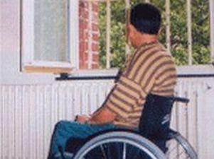 Uomo con disabilità davanti a una finestra con grata