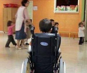 Bimbo con disabilità entra a scuola