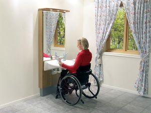Donna in carrozzina in un bagno accessibile