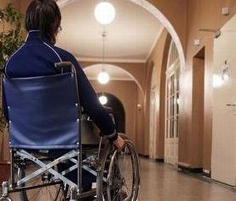 Ragazzo con disabilità dentro a una scuola