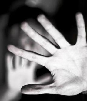 Mani davanti al volto. Immagine simbolo di violenza