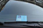 Un'auto con il CUDE (Contrassegno Unificato Disabili Europeo)