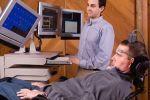 Una persona con la SLA (sclerosi laterale amiotrofica), insieme a un assistente informatico
