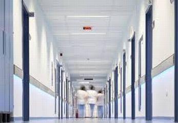 Immagine sfuocata di operatori sanitari in fondo a un corridoio di ospedale