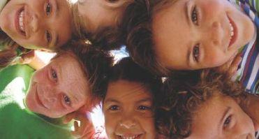 Teste di bambini raggruppate in cerchio