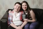 Un giovane con autismo insieme alla sorella