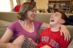 Una madre-caregiver insieme al proprio figlio, persona con grave disabilità