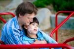 Un caregiver familiare insieme al figlio, persona con grave disabilità