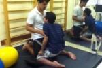 Fisioterapia per un ragazzo con distrofia muscolare