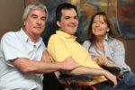 Due genitori insieme al figlio con disabilità