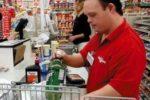 Una persona con sindrome di Down al lavoro in un Centro Commerciale