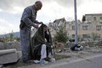 Una persona anziana soccorsa ad Amatrice (Rieti) (AP Photo/Alessandra Tarantino)