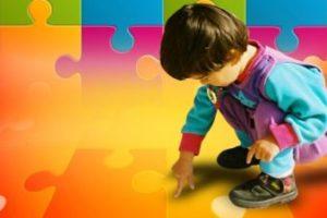 Un bimbo con disturbo dello spettro autistico