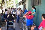 Ragazzi con varie disabilità davanti a una scuola