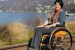 """Cinzia Cardia, donna con sclerosi multipla, è stata tra le persone protagoniste di una delle campagne (""""Benvenuta Gardensia!""""), promossa nel 2018 dall'AISM (Associazione Italiana Sclerosi Multipla), in occasione del cinquantesimo anniversario dalla fondazione dell'Associazione"""