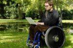 Un giovane con distrofia muscolare di Duchenne, malattia di relativa rarità che causa una grave disabilità fisica