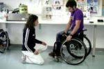 Una terapista occupazionale al lavoro con un giovane in carrozzina
