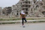 Saja ha oggi 15 anni, e ha vissuto metà della sua vita in una situazione di guerra, ad Aleppo, in Siria. Sognava di diventare una brava ginnasta, ma a causa di una bomba ha perso una gamba. Ora sogna di potere arrivare un giorno alle Paralimpiadi