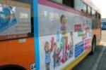 Il grande manifesto sulla fiancata dell'autobus di CTT Nord, con il disegno realizzato da Michele Russo