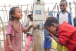 Bimbi etiopi bevono a uno dei 252 pozzi costruiti in questi anni da CBM in Etiopia: l'utilizzo di acqua pulita per una corretta igiene del viso, nonché il miglioramento generale delle condizioni igienico-ambientali, sono infatti tra le principali azioni di prevenzione del tracoma