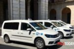 Nell'immagine fornita dalla testata «Pisa Today», i nuovi taxi accessibili anche alle persone con disabilità motoria che si spostano con carrozzine non pieghevoli
