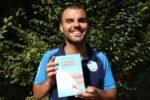 """Cieco dalla nascita, Daniele Cassioli - qui fotografato con il suo libro """"Il vento contro"""" (De Agostini, 2018) - è considerato il più grande sciatore nautico paralimpico di tutti i tempi. Sarà lui, il 9 settembre, ad accompagnare le persone con disabilità visiva della Campania nel provare la sua disciplina"""