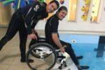 Immagine relativa a una delle attività in piscina promosse da HSA Italia, l'Associazione Nazionale Attività Subacquee e Natatorie per Disabili